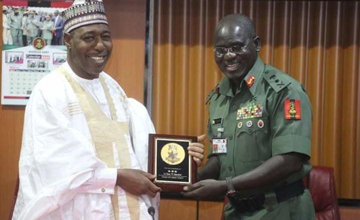 Shugaban Soji, Buratai ya karrama Gwamnan Borno da kyautar Gwarzon gwamna