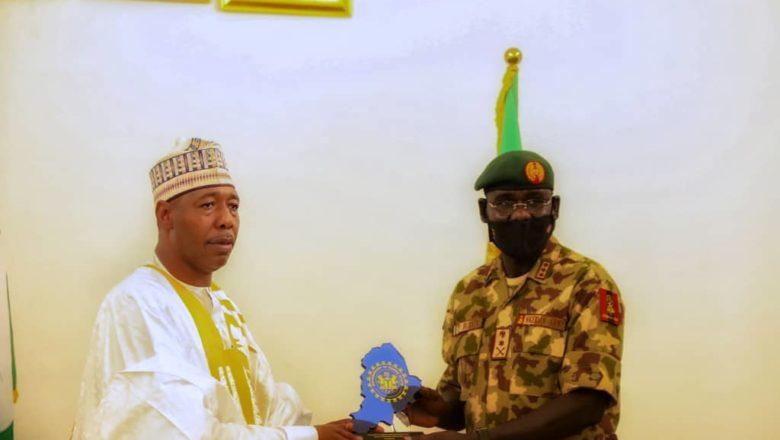 Hotuna:Yanda Janar Buratai ya jewa Gwamnan Borno Gaisuwar Sallah da kuma yanda yayi Bikin Sallah da Sojoji