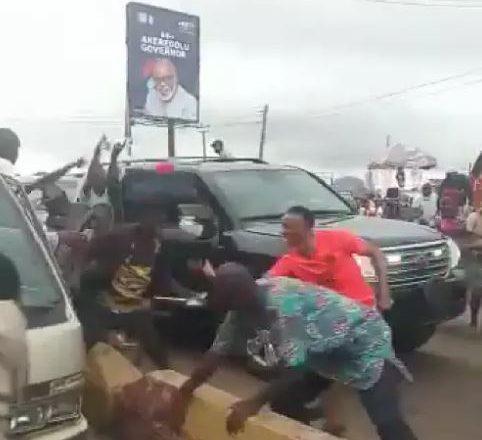 Bidiyo: Yayin da ake gab da zabe, Gwamna Akeredolu ya watsawa mutanen jiharsa kudi suna wawaso
